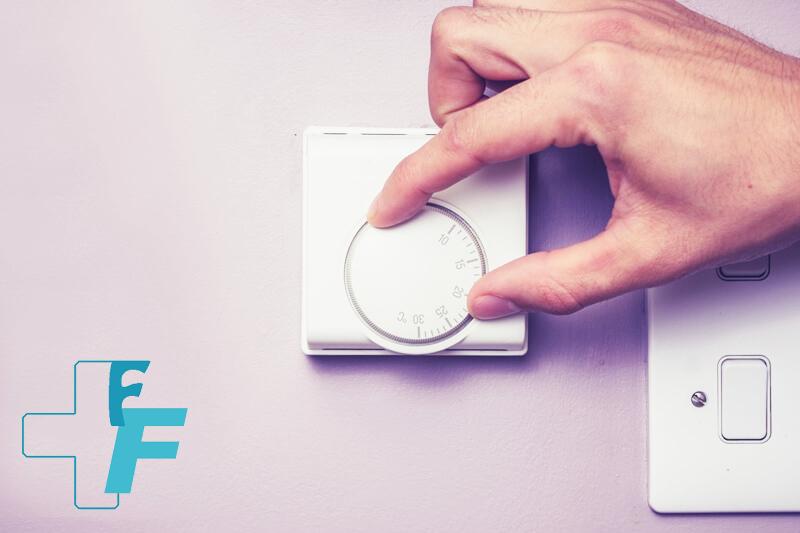 mano_regulando_la_temperatura_con_el_termostato